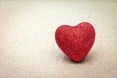 Rood hart op kartonachtergrond Het concept van de valentijnskaart royalty-vrije stock fotografie