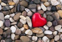 Rood hart op kiezelstenen Stock Afbeelding