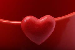 Rood hart op rode achtergrond Royalty-vrije Stock Foto's