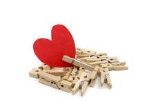 Rood hart op vele houten spelden Stock Afbeeldingen