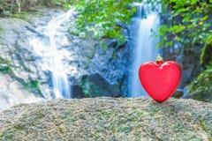 Rood hart op waterval Stock Afbeeldingen