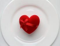 Rood hart op witte plaat Symbool van liefde op Valentijnskaartendag Stock Fotografie