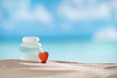 Rood hart overzees glas seaglass met oceaan, strand en zeegezicht Stock Afbeelding