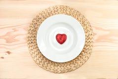 Rood hart in plaat stock foto's