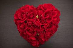 Rood hart van rozen stock afbeeldingen