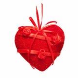 Rood hart van stof en satijn, dat met bloemen wordt verfraaid. Stock Afbeelding