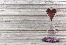 Rood hart in zandloper Stock Foto's