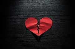 Rood harten verfrommeld document op donkere houten achtergrond Royalty-vrije Stock Afbeelding