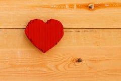 Rood het kartonhart van liefdevalentijnskaarten op ruwe pijnboomachtergrond Royalty-vrije Stock Afbeelding
