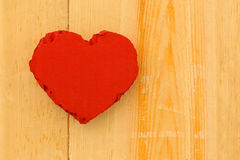 Rood het kartonhart van liefdevalentijnskaarten op ruwe pijnboomachtergrond Royalty-vrije Stock Afbeeldingen