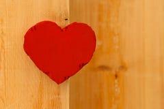 Rood het kartonhart van liefdevalentijnskaarten op ruwe pijnboomachtergrond Stock Foto's