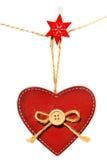 Rood houten die hart met knoop het hangen op een kabel, op witte achtergrond wordt geïsoleerd Royalty-vrije Stock Foto's