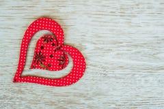 Rood houten die hart op een witte houten raad wordt geplaatst Royalty-vrije Stock Fotografie