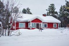 Rood houten Fins huis Stock Foto