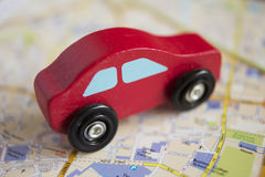 Rood Houten Toy Car On Road Map Stock Foto's