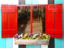 Rood houten uitstekend venster Stock Foto's