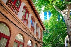 Rood huis en groene bomen Royalty-vrije Stock Foto
