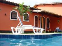 Rood huis met zwembad Stock Foto