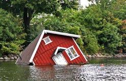 Rood huis onder water in Malmo Stock Afbeeldingen