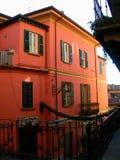 Rood huis op smalle straat in het dorp van Bellagio, Italië op meer Como stock afbeeldingen