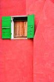 Rood huis, venster, groene blinden Royalty-vrije Stock Foto's