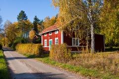 Rood idyllisch plattelandshuisje. Stock Foto's