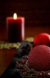Rood kaars en Kerstmisornament Royalty-vrije Stock Afbeeldingen