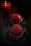 Rood kaars en Kerstmisornament Stock Afbeeldingen