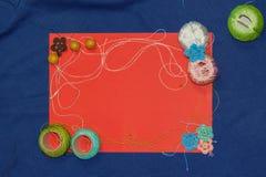 Rood kader met verwarring van het breien van draden op blauwe achtergrond Royalty-vrije Stock Fotografie
