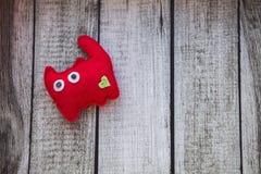 Rood kattenstuk speelgoed dat van gevoeld met een groen hart wordt gemaakt Royalty-vrije Stock Afbeelding