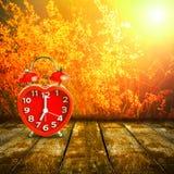 Rood klokteken op de klok van 7 o ` gezet op houten tafelblad Stock Foto
