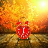 Rood klokteken op de klok van 7 o ` gezet op houten tafelblad Stock Foto's