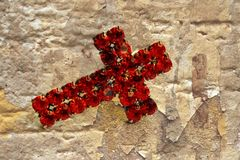 Rood kruis op grungeachtergrond Royalty-vrije Stock Foto's