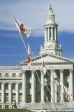 Rood Kruisvlaggen die bij de Bouw van de Provincie, Denver, Colorado vliegen Stock Foto's
