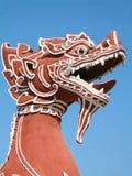Rood leeuwbeeldhouwwerk in de tempel van Thai Stock Afbeelding