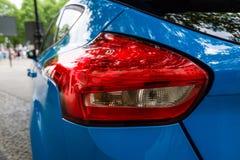 Rood licht van compacte auto Ford Focus RS ( derde generation) , close-up Stock Afbeeldingen