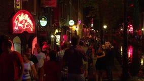 Rood lichtdistrict in het nachtlevenstad van Amsterdam van Amsterdam
