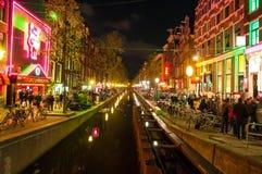 Rood lichtdistrict (Wallen) bij nacht met beroemd theater Casa Rosso aan de linkerkant in Amsterdam, Nederland Stock Afbeelding