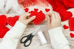 Rood met de hand gemaakt hart-vormig zacht stuk speelgoed, Valentine-dag, romantische verhouding, gezonde levensstijl, mooie hede royalty-vrije stock foto's