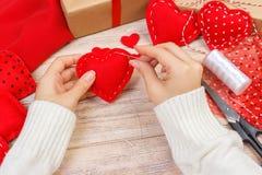 Rood met de hand gemaakt hart-vormig zacht stuk speelgoed, Valentine-dag, romantische verhouding, gezonde levensstijl, mooie hede stock afbeelding
