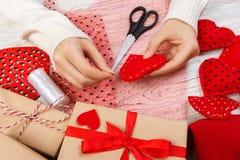 Rood met de hand gemaakt hart-vormig zacht stuk speelgoed, Valentine-dag, romantische verhouding, gezonde levensstijl, mooie hede royalty-vrije stock foto