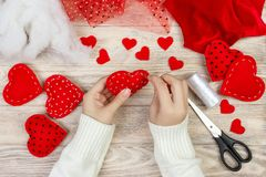 Rood met de hand gemaakt hart-vormig zacht stuk speelgoed, Valentine-dag, romantische verhouding, gezonde levensstijl, mooie hede royalty-vrije stock fotografie