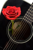 Rood nam binnen oude zwarte akoestische gitaar toe Stock Foto