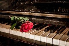Rood nam en de piano toe royalty-vrije stock foto's