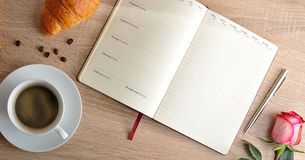 Rood nam en een Kop van koffie met een croissant en agenda met dag toe Stock Fotografie