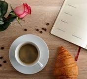 Rood nam en een Kop van koffie met een croissant en agenda met dag toe Stock Foto