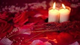 Rood nam en kaars het branden lengte toe De dag van de valentijnskaart stock video