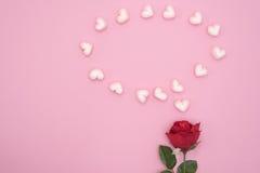 Rood nam met de harten van de bellentoespraak op roze document achtergrond toe Stock Afbeelding