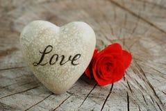 Rood nam met hart voor liefde toe stock foto