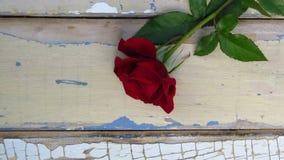 Rood nam op rustieke stijl houten achtergrond toe Oude houten textuur met schil blauwe en witte verf royalty-vrije stock afbeeldingen